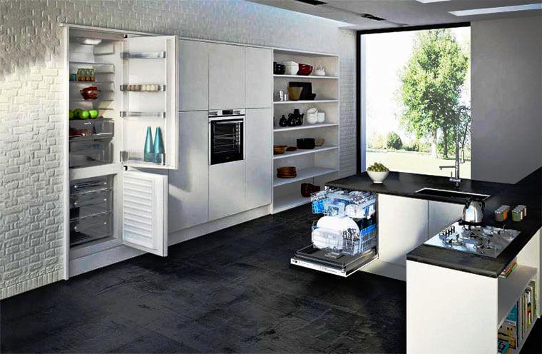Интерьер кухни со встроенным холодильником
