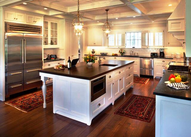 Кухня со встроенным холодильником в металлическими дверцами