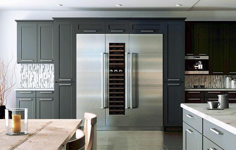 Кухня с большим встроенным холодильником