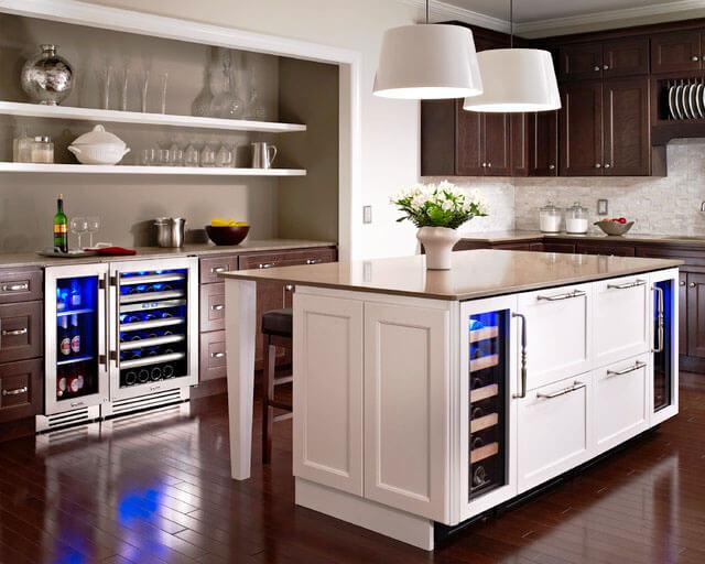 Кухня с маленькими встроенными холодильниками