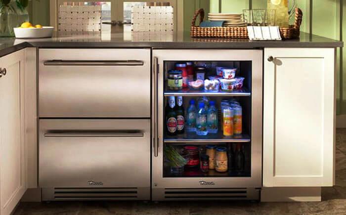Маленький холодильник встроенный в кухонную тумбу
