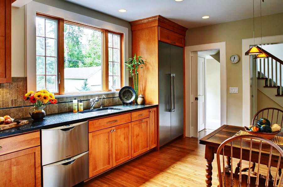 Фото кухни с холодильником встроенным в шкаф с открытым фасадом