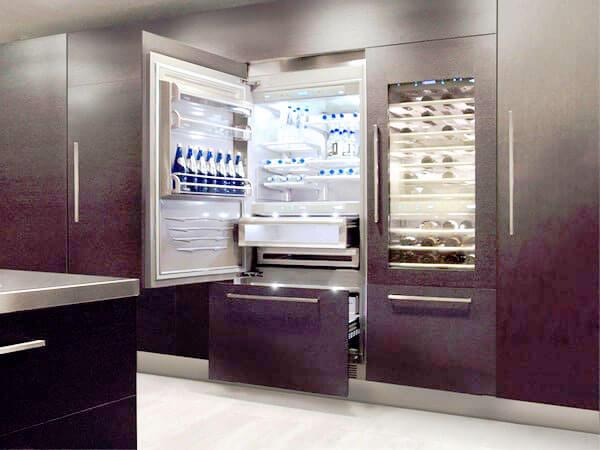 Фото холодильника встроенного в кухонный шкаф