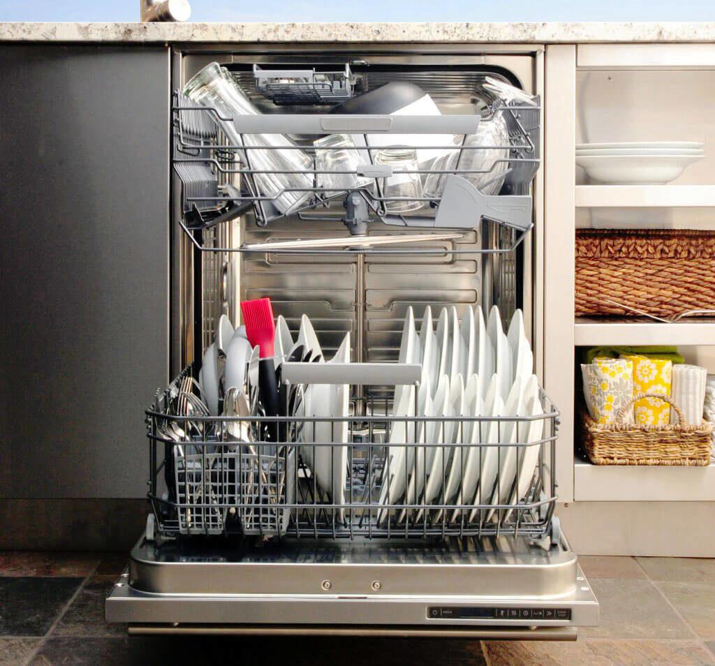 Фот открытой посудомоечной машины