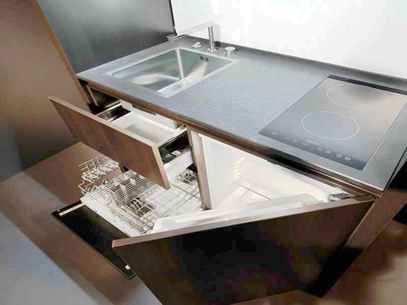Кухонная тумба оснащенная мойкой, варочной панелью, холодильником и посудомоечной машиной