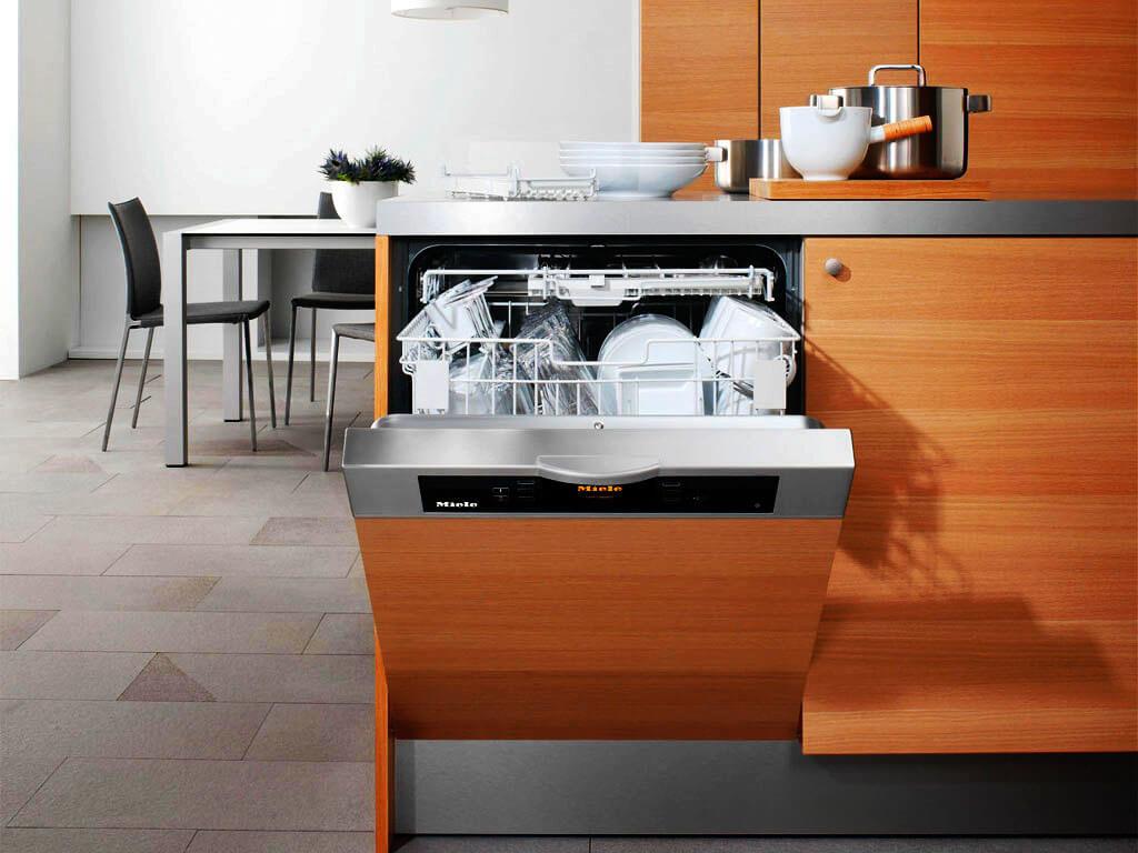 Кухонный гарнитур со встроенной посудомоечной машиной