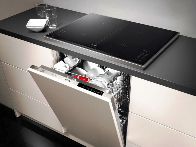 Посудомоечная машина установленная в одной шкафу с варочной панелью