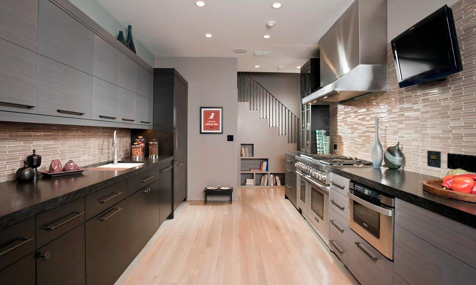 Фото интерьера кухни с двух линейным гарнитуром