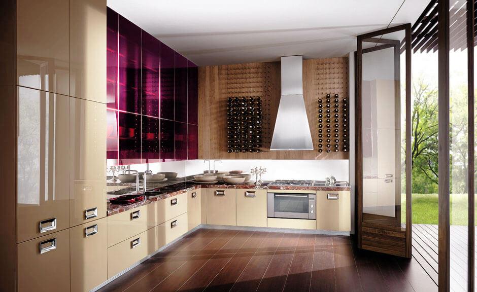 Фото угловой кухни с высокими шкафами до потолка и широкими шкафами пеналами с глянцевыми фасадами