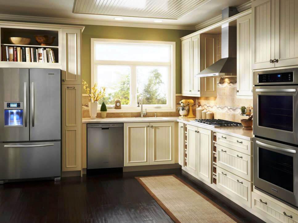 Угловая кухня со шкафами колонками по бокам под бытовую технику