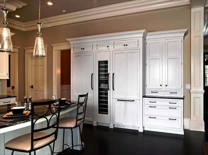 Интерьер кухни с пеналом в классическом стиле