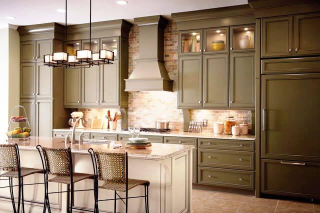Кухня в классическом стиле с широким пеналом со встроенной техникой