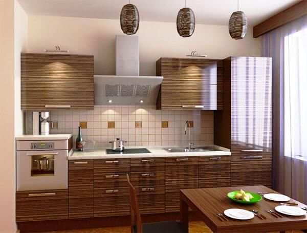 Фото кухонного гарнитура с закрытыми глянцевыми фасадами декорированными под дерево