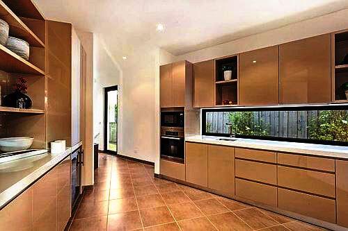 Двулинейный интерьер кухни с пеналом