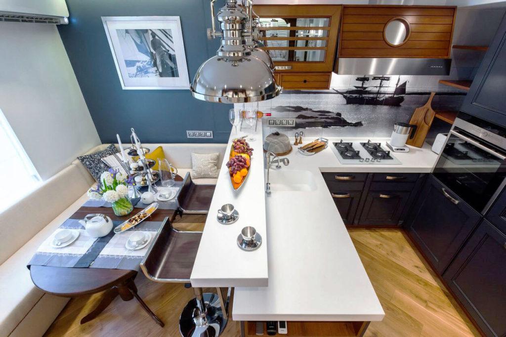 Кухонный гарнитур с полуостровом с барной стойкой отделяющий рабочую зону от обеденной
