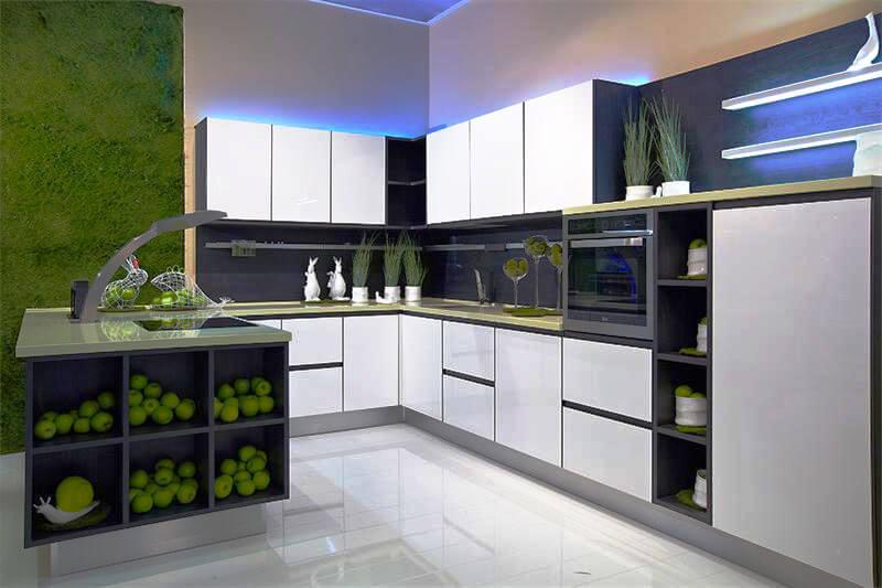 Интерьер кухни с функциональным полуостровом