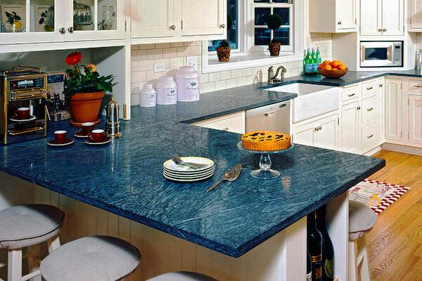Кухонный гарнитур с полуостровом с каменной столешницей