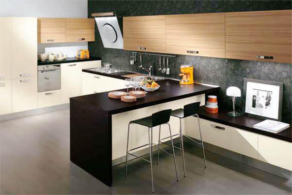 Фото кухни с полуостровом разделяющим кухню на зоны