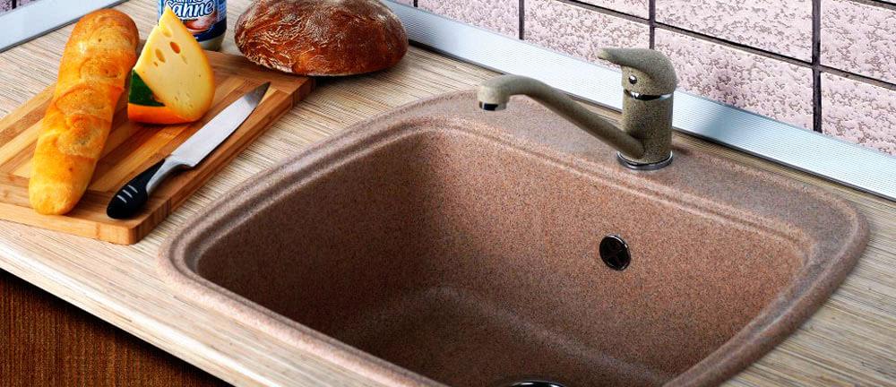 Кухонная мойка встроенная в деревянную столешницу