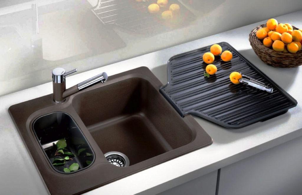 Фото современной кухонной мойки встроенной в шкаф
