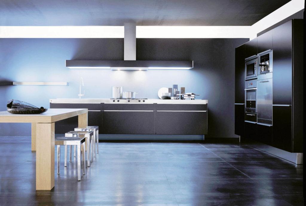 Фото линейного кухонного гарнитура с высоким краном