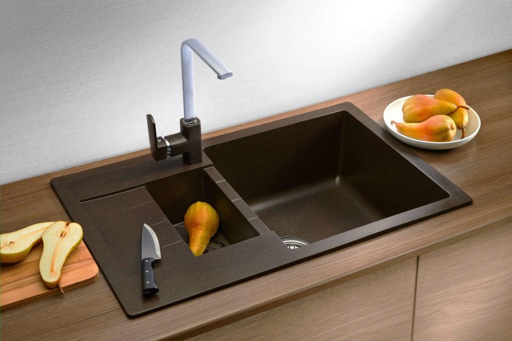 Фото кухонной мойки встроенной в деревянную столешницу