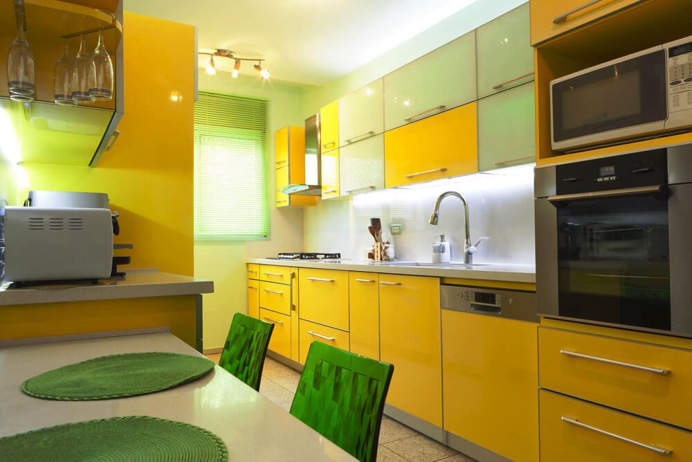 Фото стильного кухонного гарнитура с желтыми фасадами
