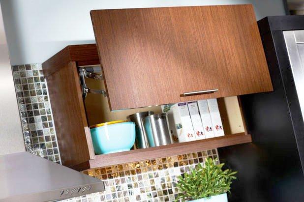 Фото навесного шкафа для кухонного гарнитура с параллельным механизмом открытия дверцы
