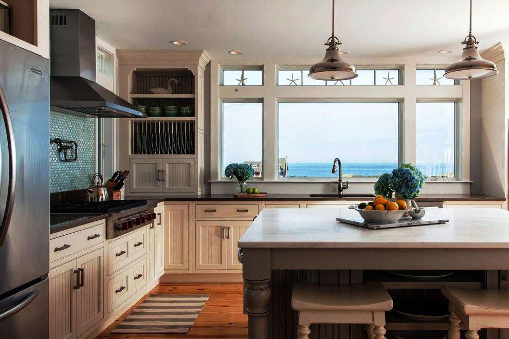 Встроенная кухня с деревянными фасадами