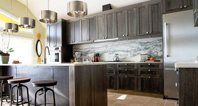 Кухня с темными деревянными фасадами