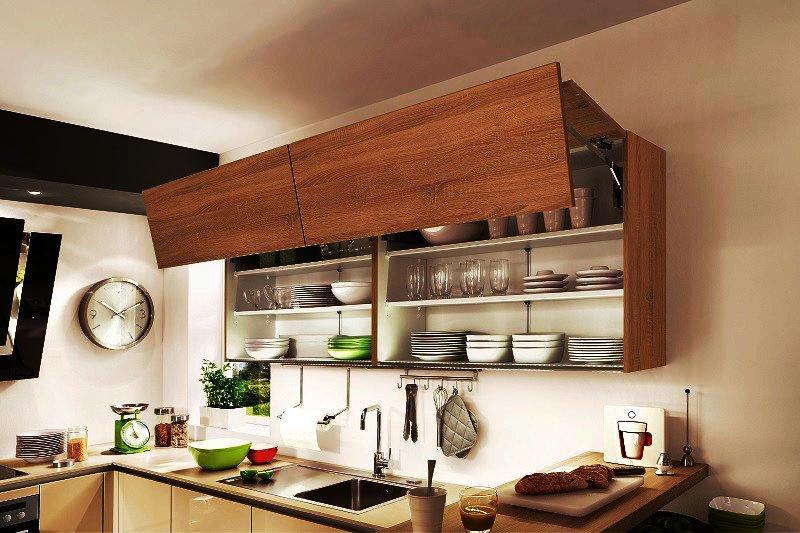 Фото верхнего ряда кухонных шкафов со складной системой открытия