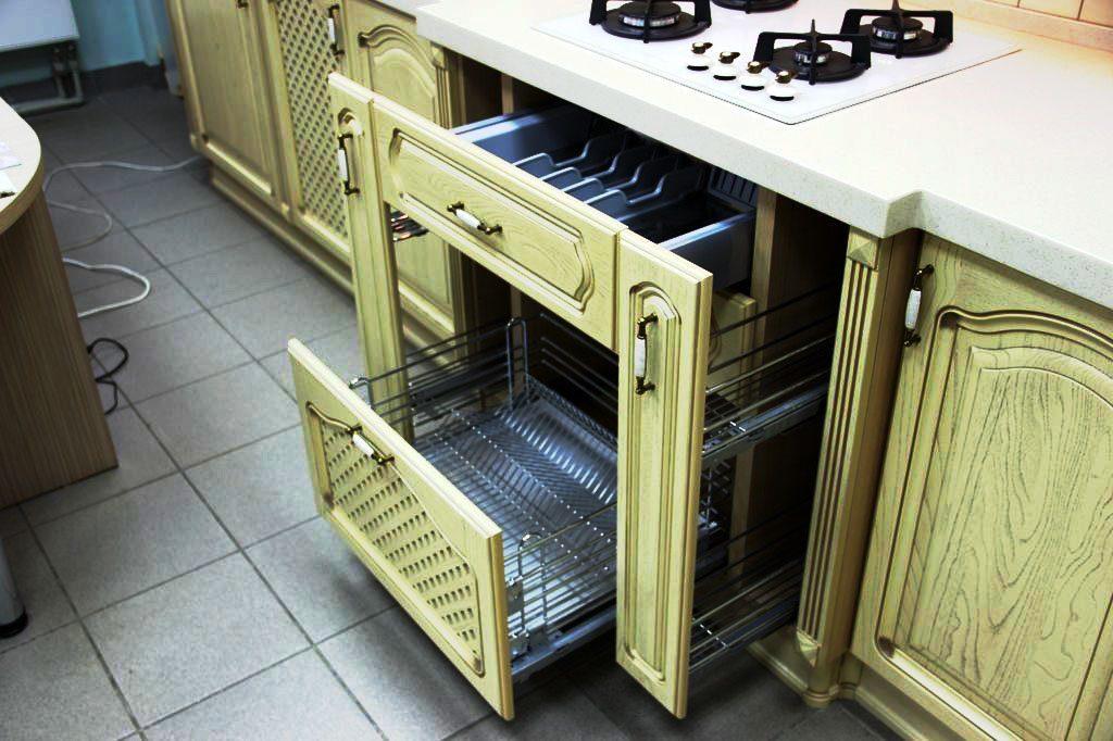 Фото кухонного шкафа с выдвижными ящиками