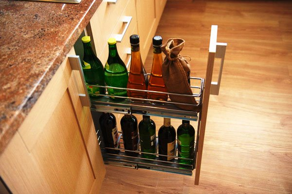 Кухонная тумба с выдвижной бутылочницей и столешницей из натурального камня