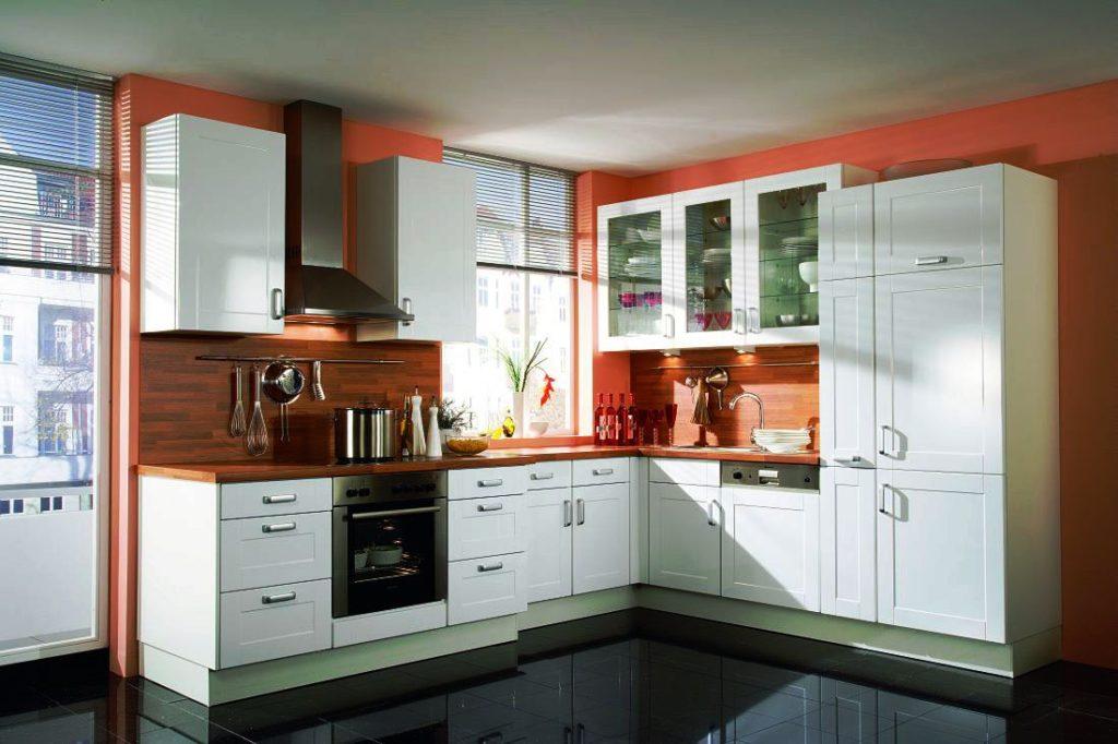 Угловая кухня с верхними шкафами со стеклянными фасадами и закрытым пеналом