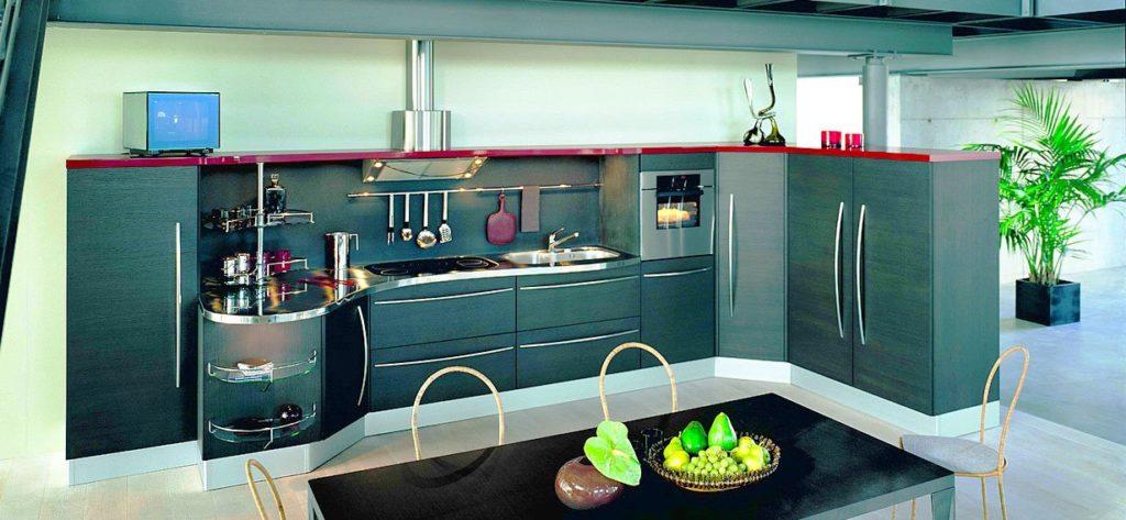Фото кухни с высокими шкафами