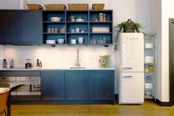 Фото кухонного гарнитура со шкафами синего цвета