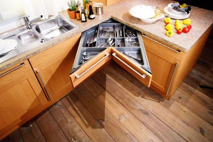 Фото углового кухонного шкафа с выдвижным ящиком для столовых приборов
