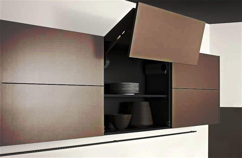 Фото верхнего ряда навесных кухонных шкафов со складным механизмом открытия