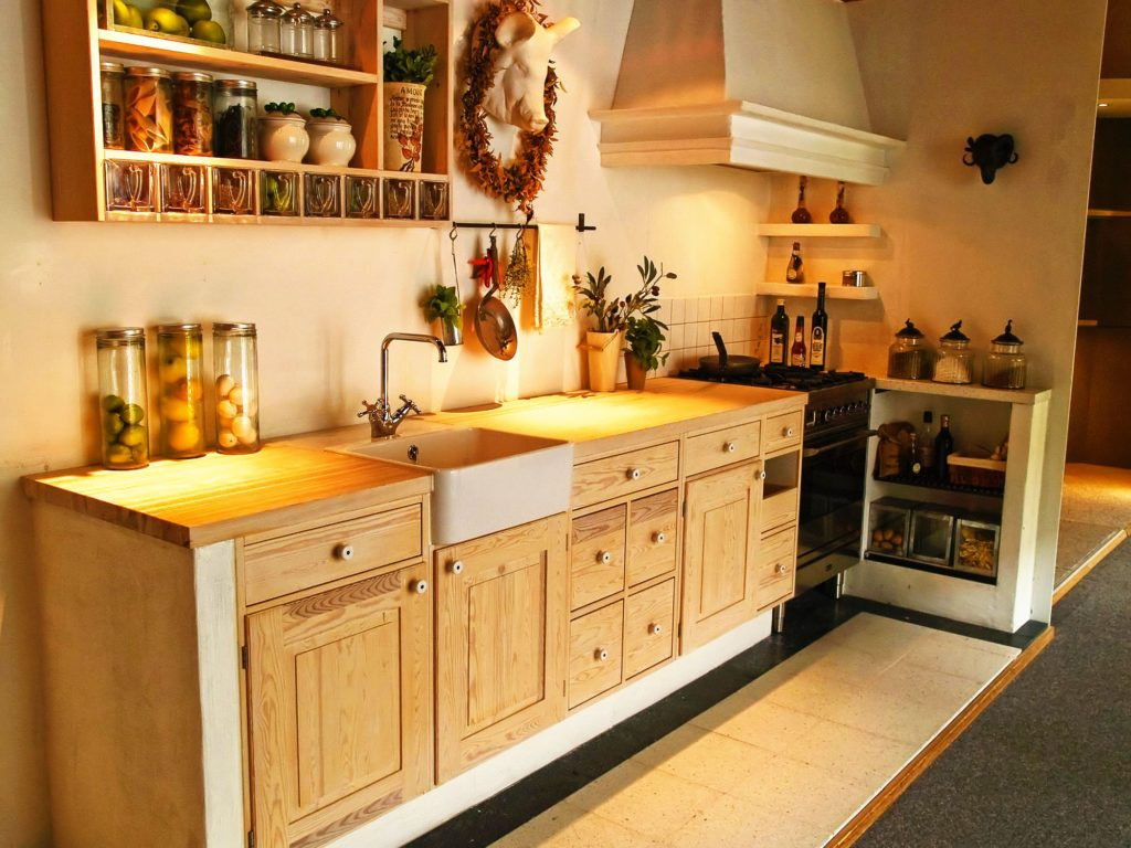 Фото кухонного гарнитура со встроенным деревянными шкафами нижнего ряда