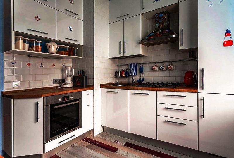 Интерьер маленькой кухни с навесными шкафами под потолок