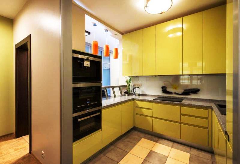 Маленькая кухня П-образной планировки с верхним рядом шкафов под потолок