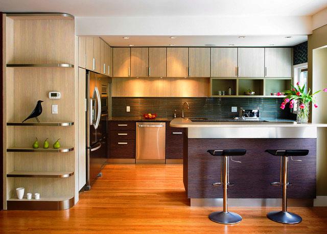 Интерьер кухни с островом и шкафами под потолок