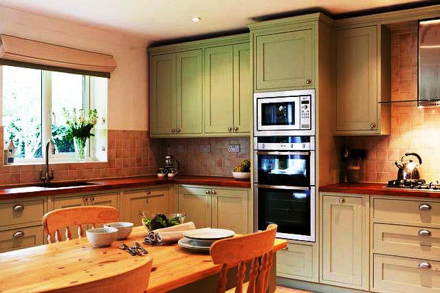 Кухонный гарнитур под потолок со встроенной техникой