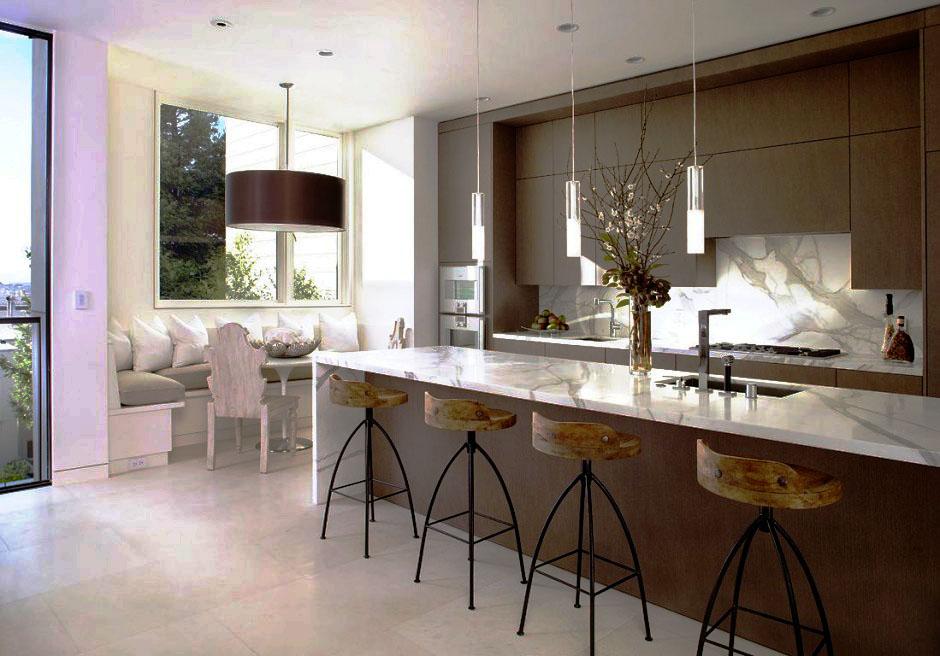 Современный интерьер кухни с двулинейной планировкой в высокими навесными шкафами