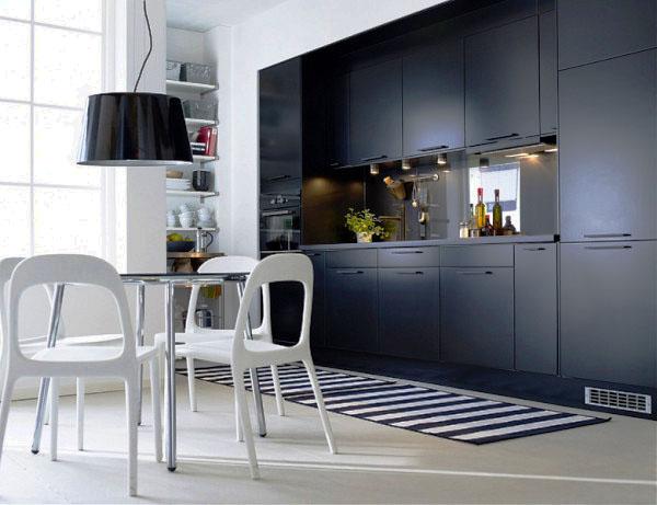 Фото кухонного гарнитура с навесными шкафами под потолок и пеналами