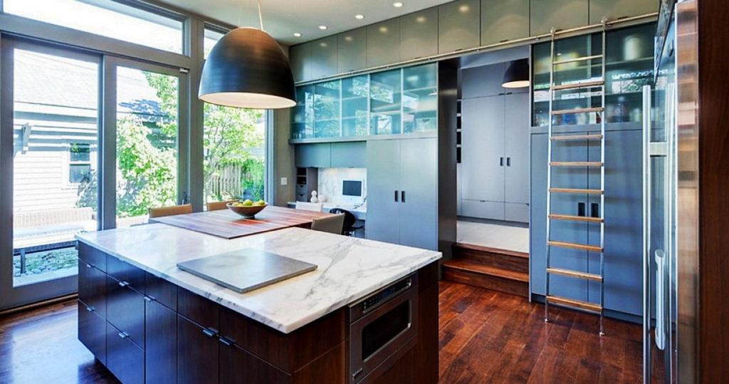 Фото кухни с рядом высоких шкафов под потолок
