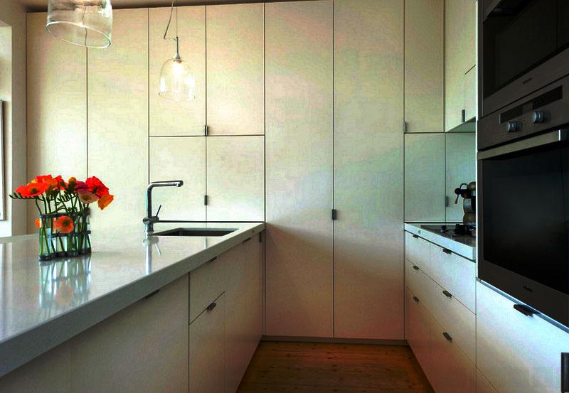 Фото кухни со шкафами от пола до потолка
