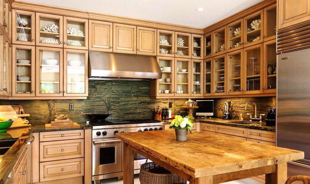 Фото кухни со шкафами под потолок в 2 ряда со стеклянными фасадами