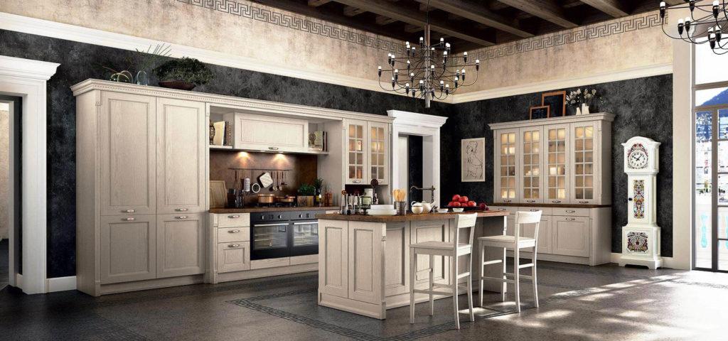 Интерьер кухни в классическом стиле с высокими напольными шкафами