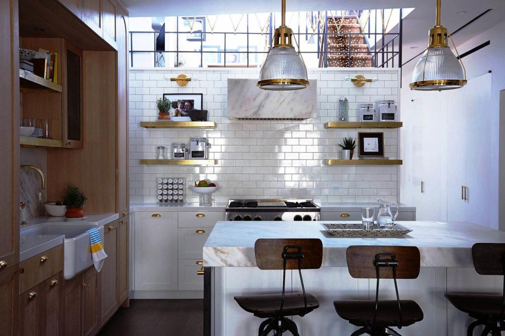 Фото кухни с каменной столешницей на тумбах